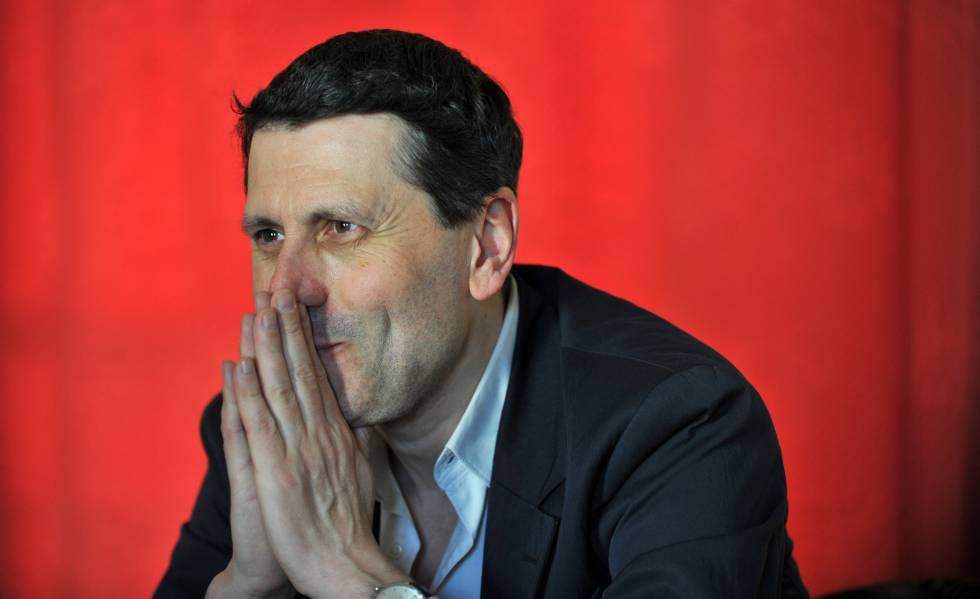 El periodista y escritor Frédéric Martel, autor del libro 'Sodoma' en su casa en París.